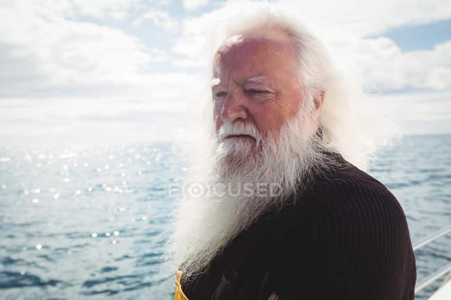 Fischer schaut vom Boot aus auf das Meer — Stockfoto