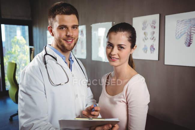Retrato de fisioterapeuta e fêmea paciente na clínica — Fotografia de Stock