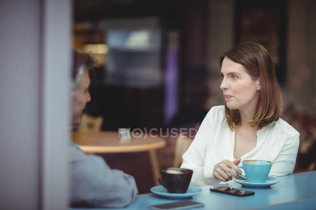 Mann und Frau, die Unterhaltung in der cafeteria — Stockfoto