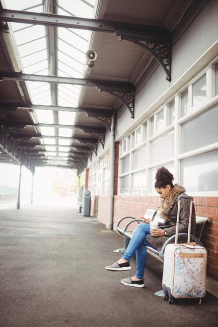 Frau telefoniert am Bahnsteig — Stockfoto