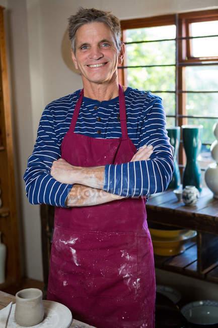 Щасливі чоловічого Поттер, стоячи з руки пересічена в гончарної майстерні — стокове фото