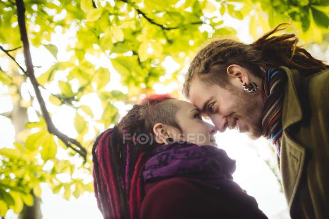 Romantischer Hipster paar sahen einander stehend im park — Stockfoto