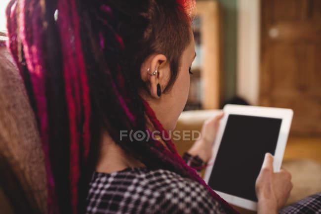 Mulher usando tablet digital em casa — Fotografia de Stock