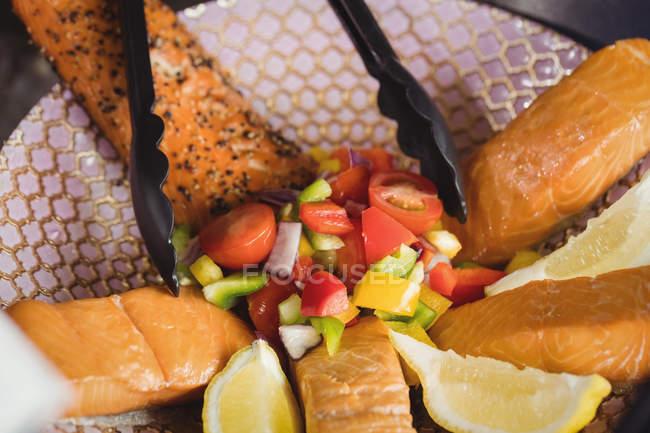 Крупный план овощного салата на тарелке в супермаркете — стоковое фото