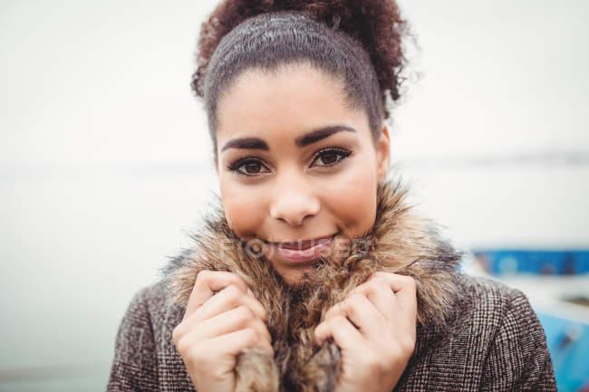 Крупный план портрета молодой женщины, держащей мех — стоковое фото