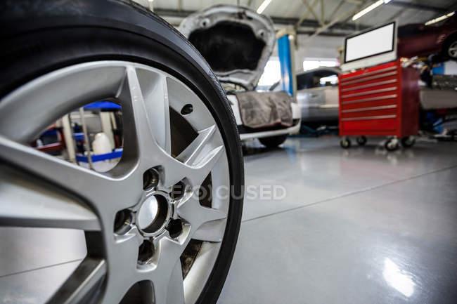 Primer plano de rueda de coche en el garaje de reparación - foto de stock