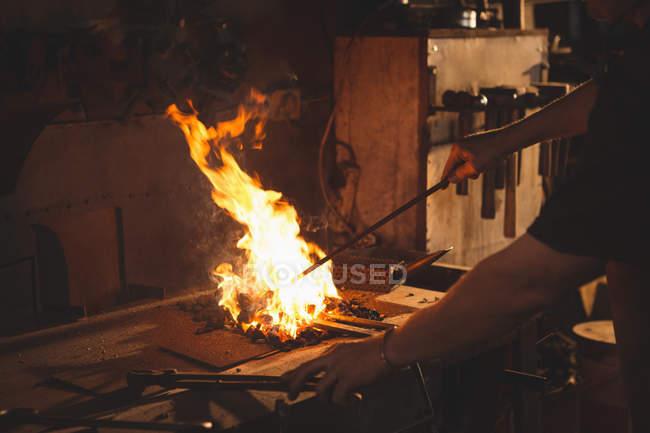 Nahaufnahme des Schmieds Heizung Element vor dem Schmieden in Werkstatt — Stockfoto