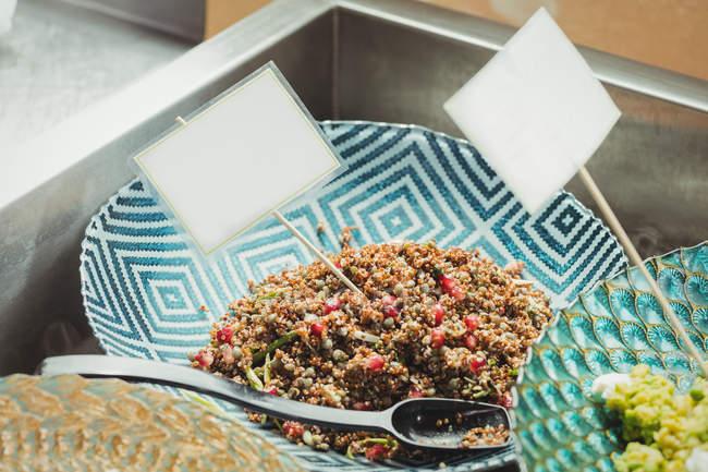 Gekochtes Essen auf Teller im Supermarkt — Stockfoto