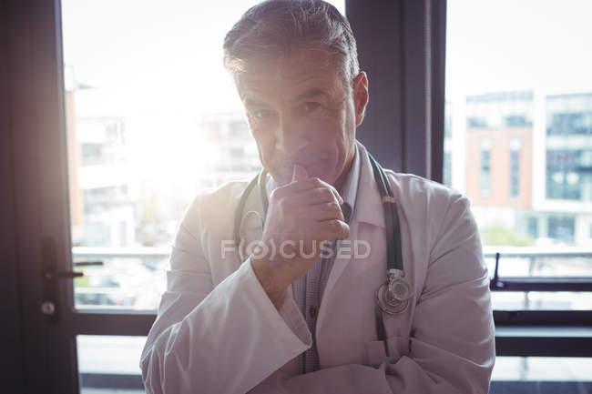 Portrait du médecin avec stéthoscope à l'hôpital — Photo de stock