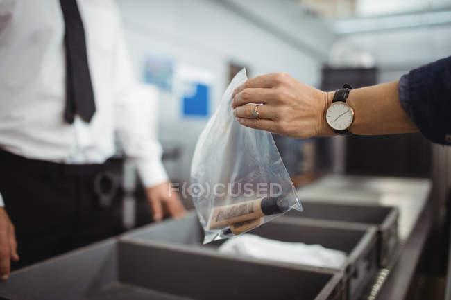 Bolsa de plástico poner pasajeros en bandeja para seguridad Compruebe en el aeropuerto - foto de stock