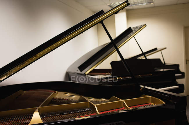 Close-up of open piano strings in workshop — Stock Photo