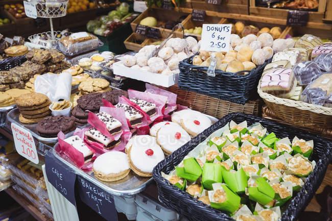 Vari alimenti dolci in mostra al supermercato — Foto stock