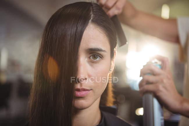 Перукар стиль волосся клієнтів в салон — стокове фото