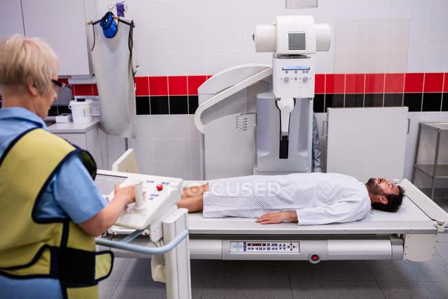Paciente masculino que se somete a radiografía en el hospital - foto de stock