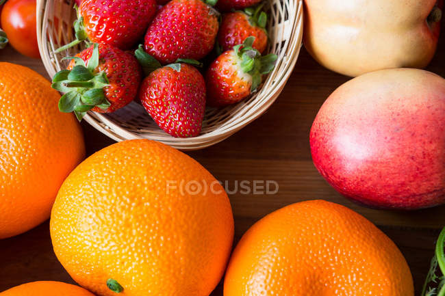 Top view of oranges and strawberries in supermarket — Stock Photo