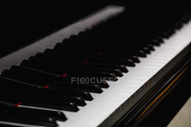 Close-up of piano keyboard at workshop — Stock Photo