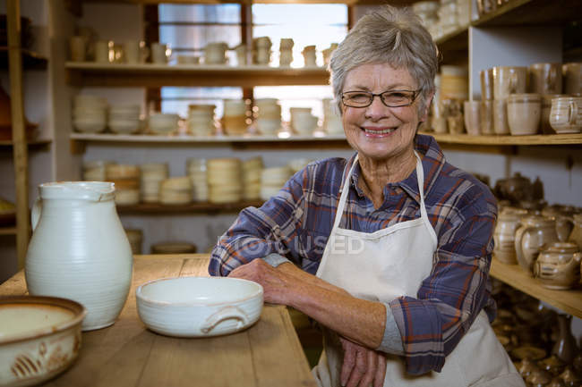 Portrait of female potter in pottery workshop — Stock Photo