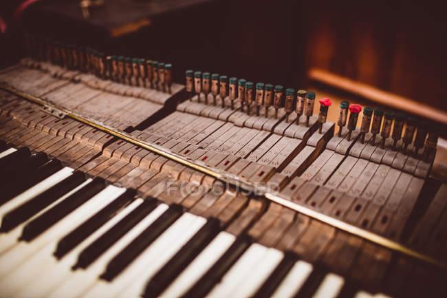 Крупный план старой фортепианной клавиатуры в мастерской — стоковое фото