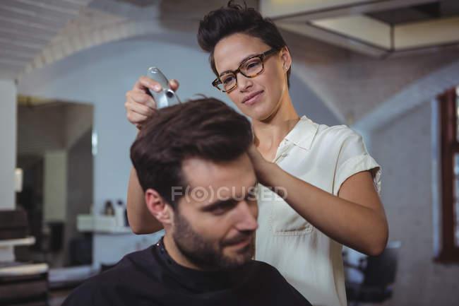 Peluquería cliente de recorte de pelo en la peluquería - foto de stock