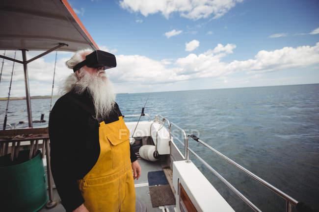 Fischer mit Virtual-Reality-Headset auf Fischerboot — Stockfoto
