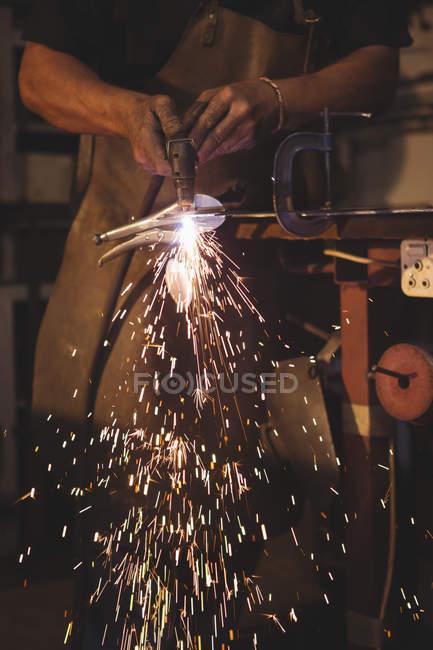 Средняя секция кузнеца работает в мастерской — стоковое фото