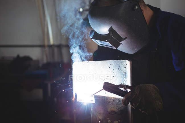 Зварювальник зварювання металу в майстерні — стокове фото
