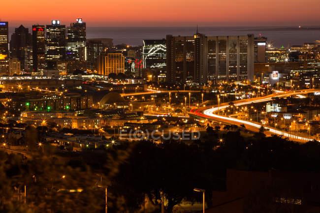 Городские сцены освещенный город в ночь — стоковое фото