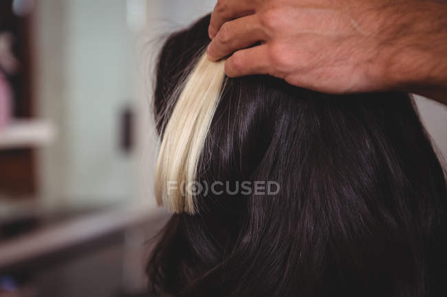 Cropped image of Male hairdresser styling customers hair at salon — Stock Photo