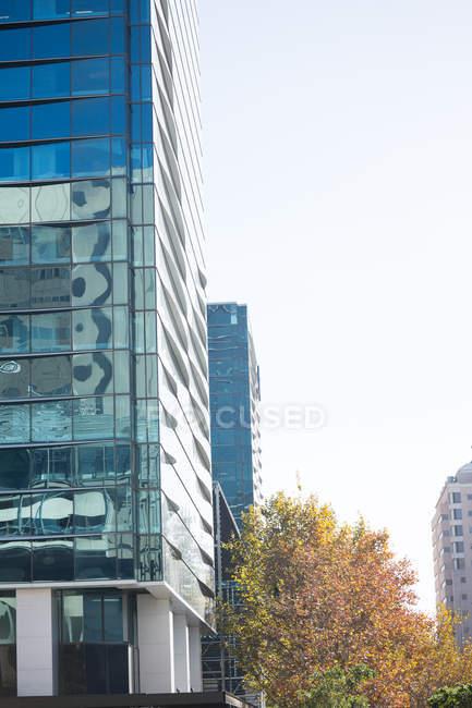 Escena urbana de edificios de oficinas en luz del día - foto de stock