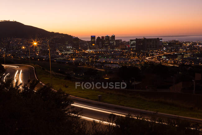 Scena urbana di paesaggio urbano illuminata nella notte — Foto stock