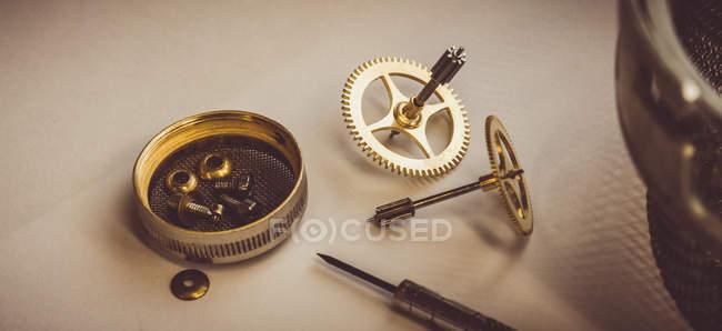 Teile der Uhr zur Reparatur in der Werkstatt — Stockfoto