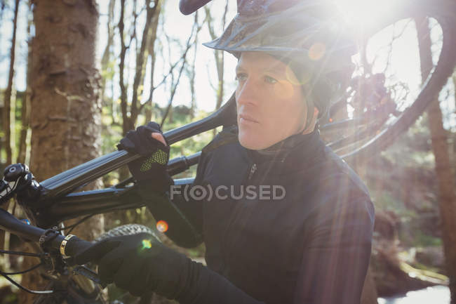 Велосипедист-самец с деревьями в лесу — стоковое фото