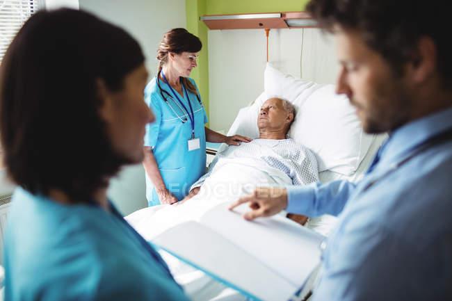 Enfermera paciente senior consoladora en el hospital - foto de stock