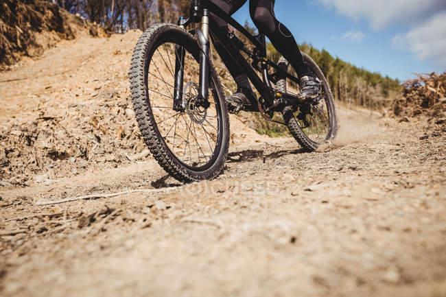 Низкая часть езды на велосипеде по грунтовой дороге в горах — стоковое фото
