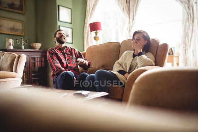 Пара веселятся друг с другом в гостиной на дому — стоковое фото