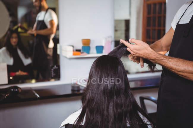 Femme se faire couper les cheveux au salon — Photo de stock