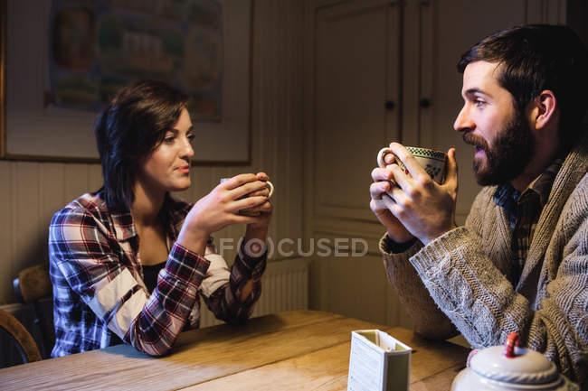 Пара пьет кофе вместе дома — стоковое фото