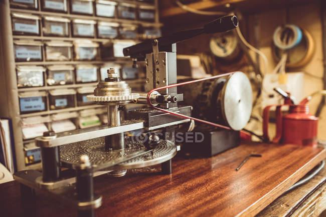 Máquina de corte de engranajes en taller - foto de stock