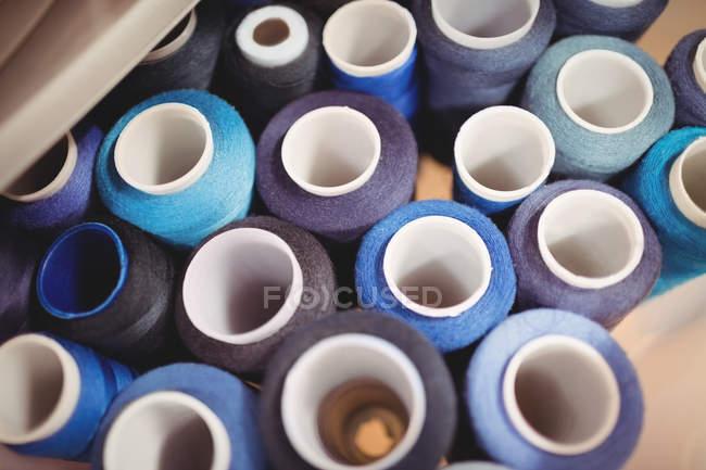 Барвисті Шпулі в поле в студії швейні нитки — стокове фото