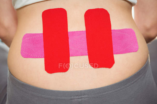 Кадроване зображення пацієнтки зі стрічкою на спині в клініці — стокове фото