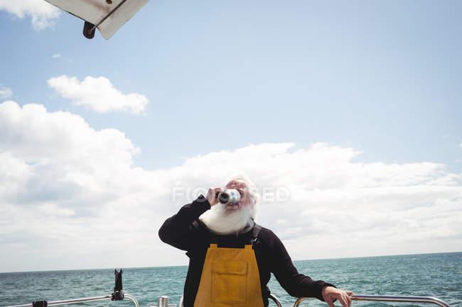 Fischer trinkt Kaffee aus Tasse auf Boot — Stockfoto