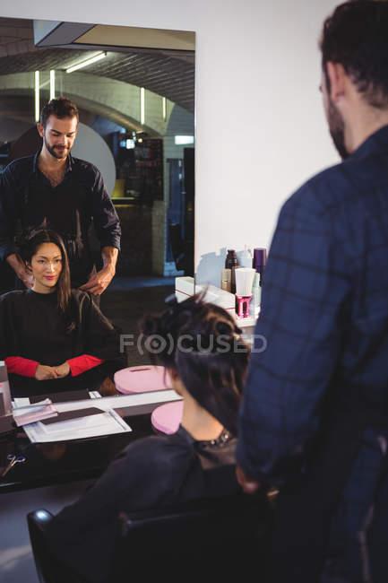 Coiffeur travaillant sur le client au salon de coiffure — Photo de stock