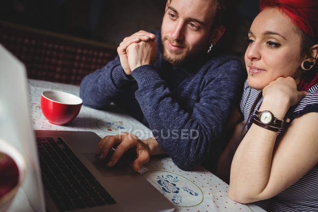 Young hipster couple using laptop at home — Fotografia de Stock