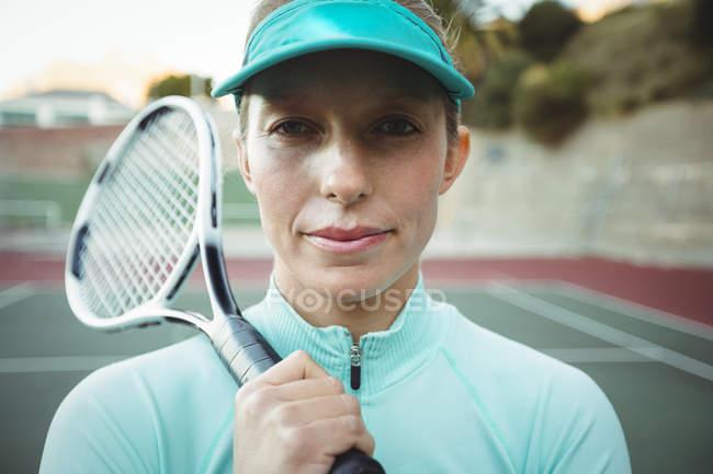 Jugador de tenis femenino en corte de pie con la raqueta de tenis - foto de stock