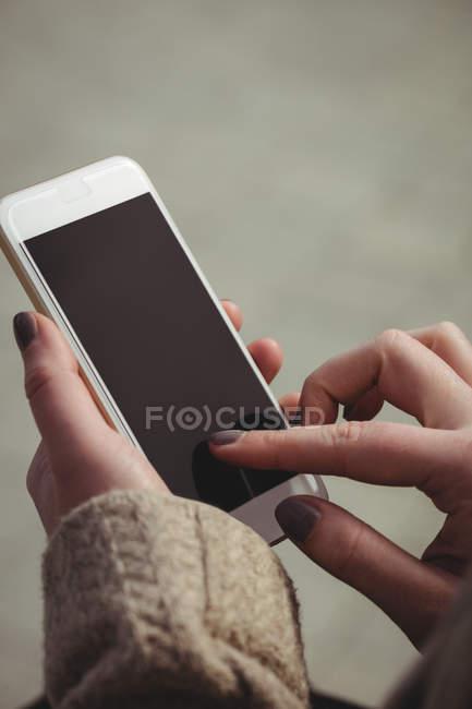 Image recadrée de femme à l'aide de téléphone portable — Photo de stock