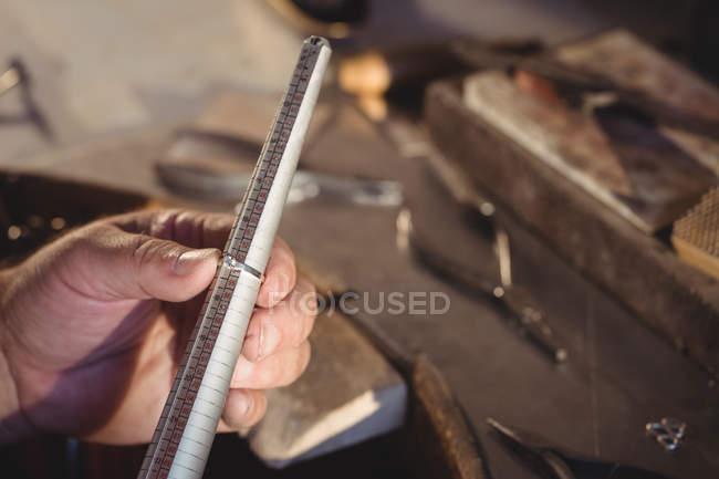 Кадроване зображення Голдсміт вимірювання кільце в майстерні — стокове фото