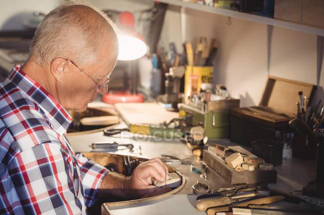 Уважний Голдсміт, працюючи в майстерні — стокове фото