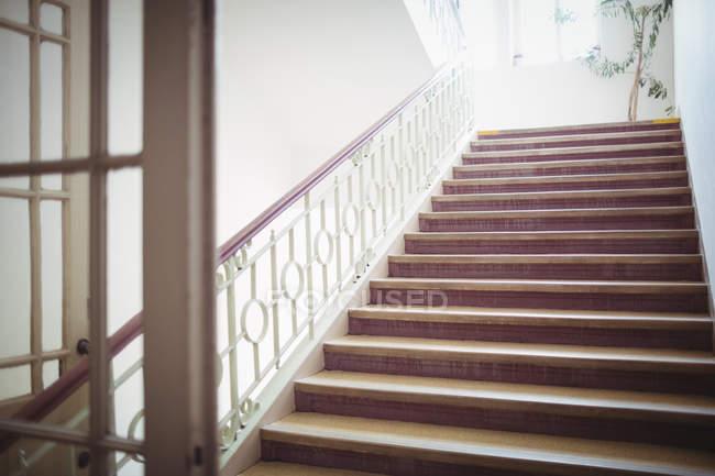 Leere moderne Treppe im Krankenhaus-Inneren — Stockfoto