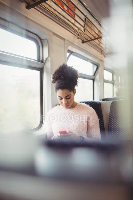 Frau benutzte Handy während Zugfahrt — Stockfoto