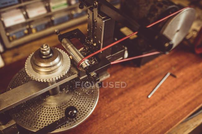Teil des Getriebe-Schneidemaschine in Werkstatt — Stockfoto